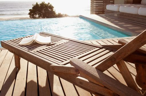 Notre liste d 39 accessoires indispensables pour la piscine for Accessoires piscine 04