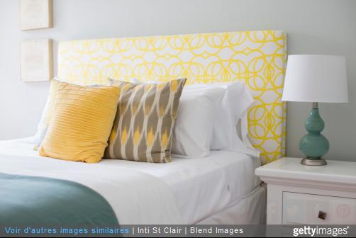 Faire rentrer la couleur par petites touches dans votre chambre, avec des coussins par exemple.