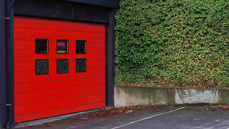 Une porte de garage rouge vif