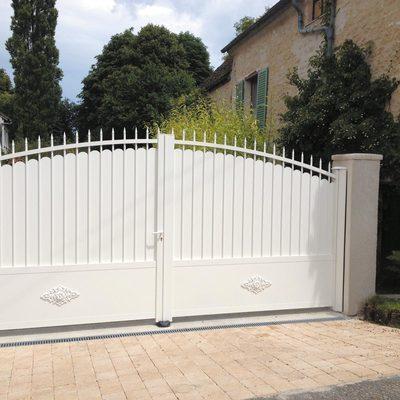 Modèle Chambord, portail en aluminium imitation fer forgé. Source image Monsieur Store