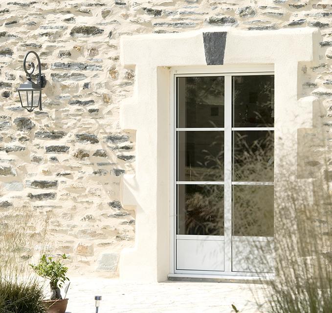 moderniser sa maison traditionnelle gr ce aux fen tres. Black Bedroom Furniture Sets. Home Design Ideas