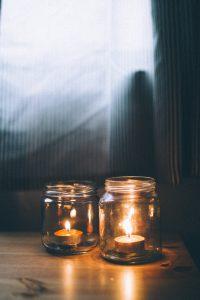 bougies dans bocaux en verre