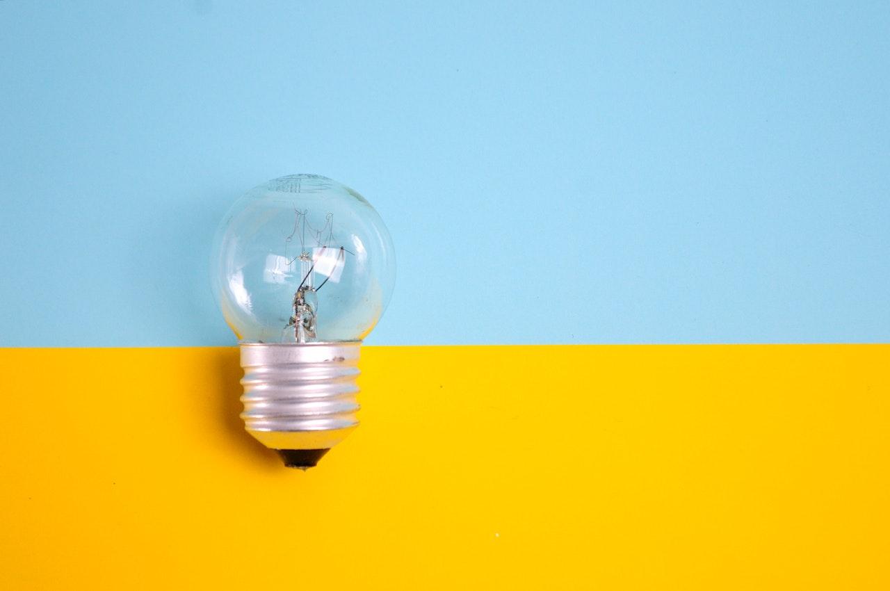 Ampoule sur fond jaune et bleu
