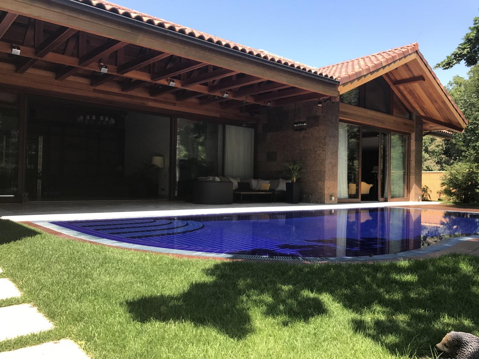 Somptueuse villa de luxe avec une piscine dans le jardin