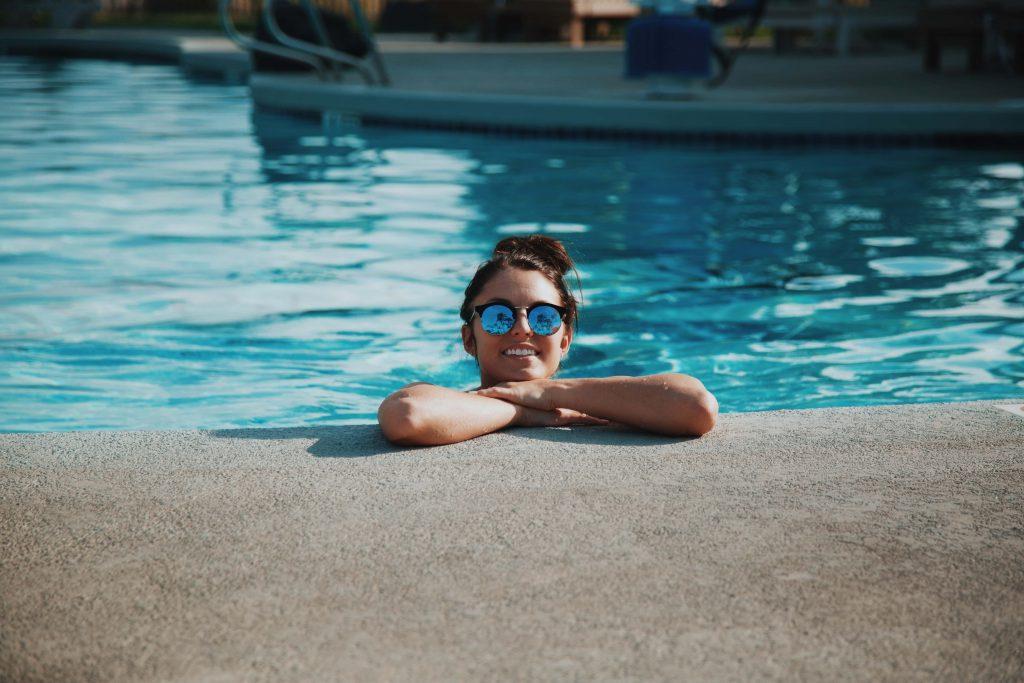 Une femme se baignant dans une piscine