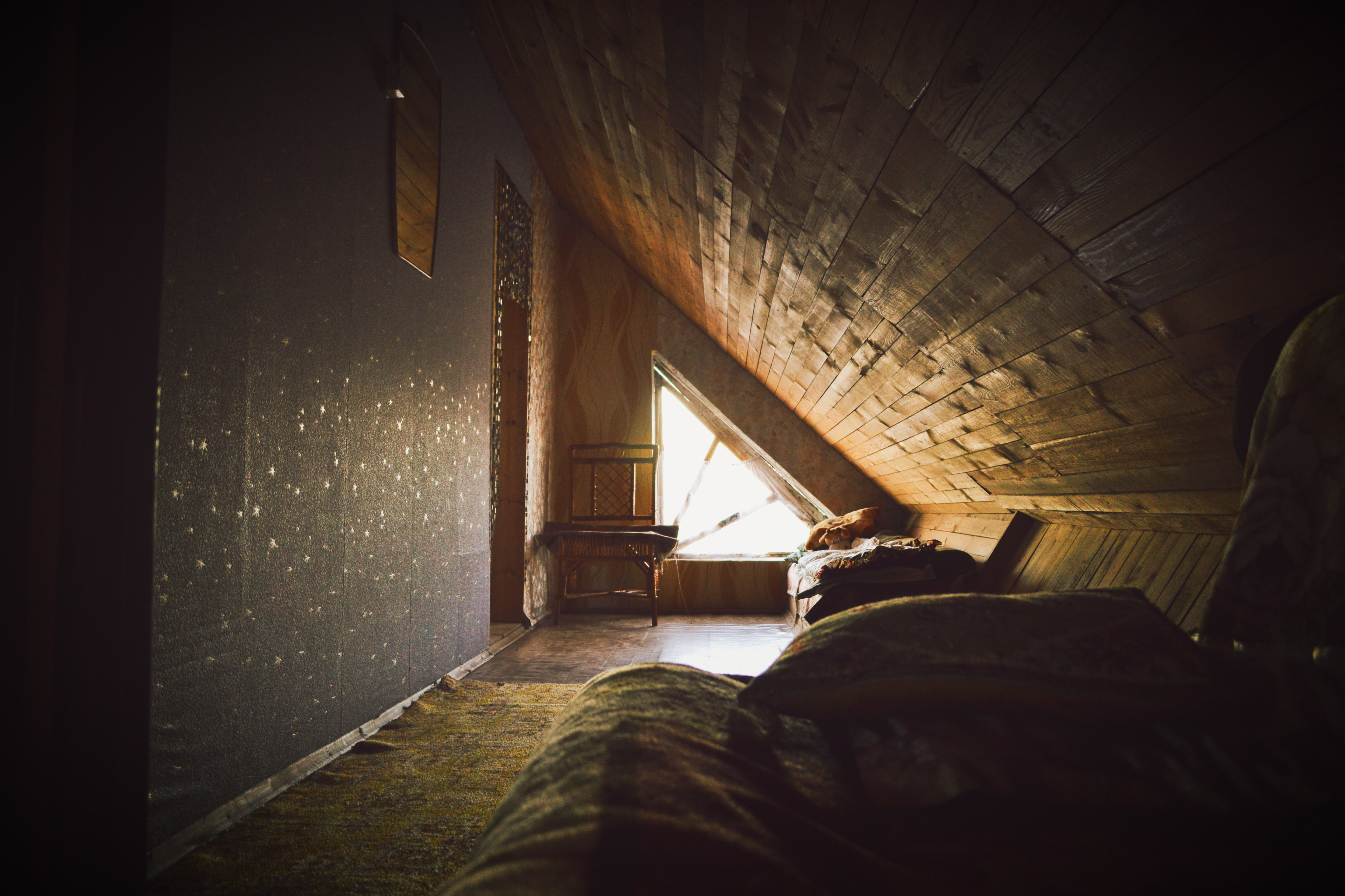 Combles aménagées en petite chambre avec bureau