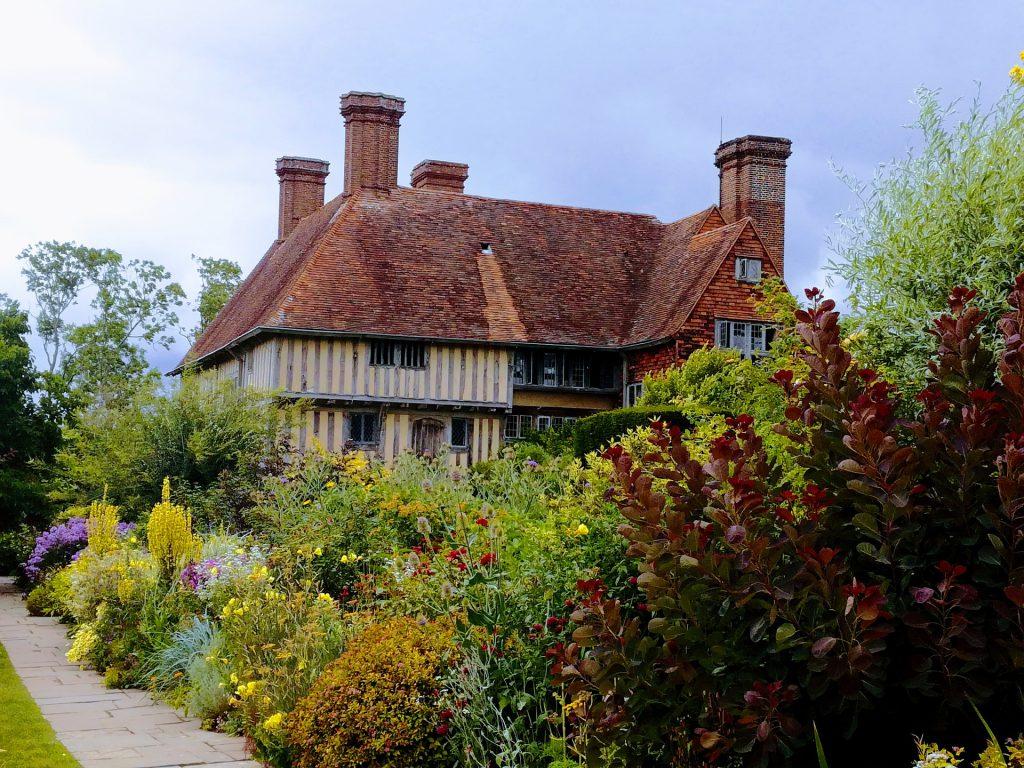 Un jardin anglais luxuriant devant un manoir