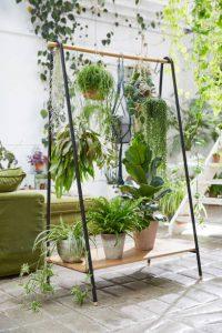 Portique rempli de de plantes vertes dans un salon à la déco scandinave