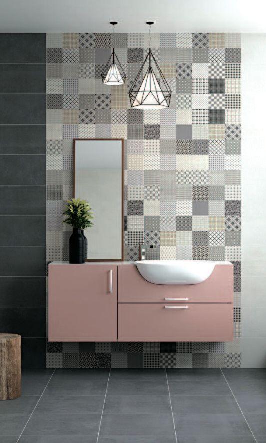 salle de bain avec meuble rose et carrelage mural dans les tons gris