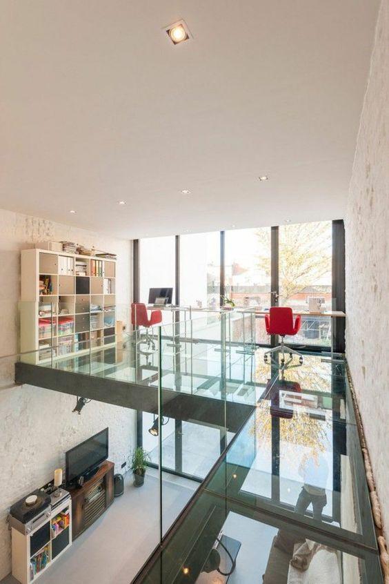maison à étage avec sol de l'étage en verre transparent