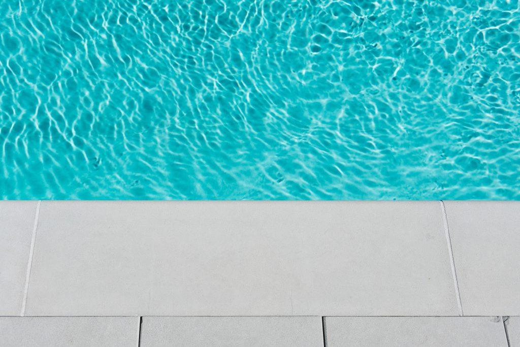 rebord d'une piscine