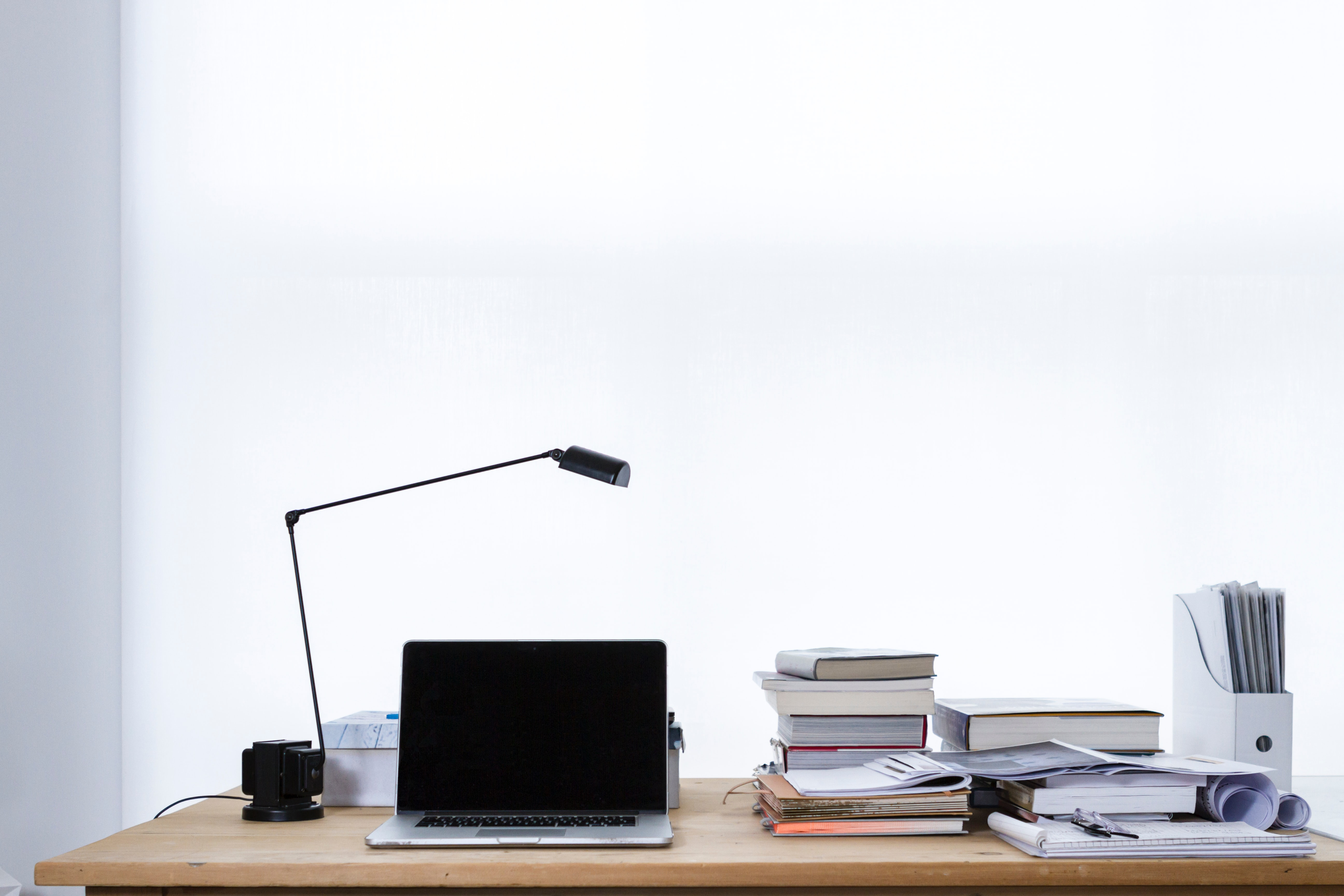 Bureau avec ordinateur portable et livres