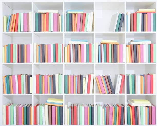 Grande bibliothèque à cases blanches, pleine de livres colorés