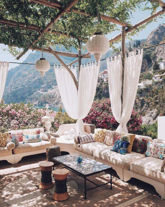 terrasse-decoration-meubles-voilages-table-canape